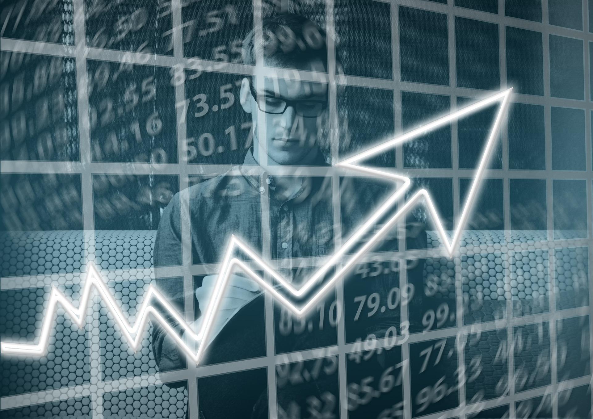 売上アップのグラフと男性
